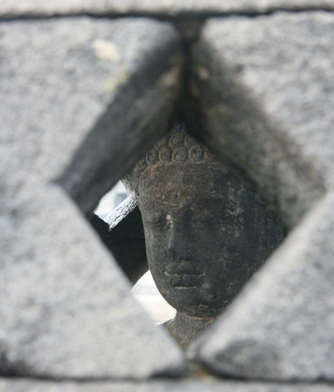Dans certaines cloches, vous verrez des Bouddha sereins. On dit que celui qui arrive à les toucher en passant son bras à travers la cloche, emportera la chance avec lui. Tentez votre chance :-)
